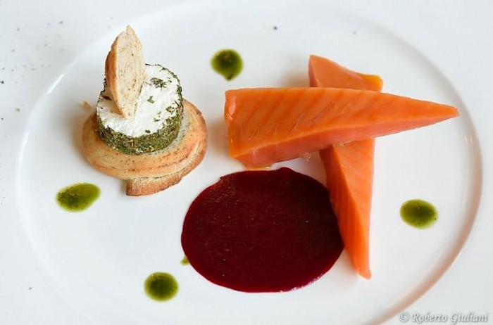 Ristorante Il Pascoli, salmone Red King pescato ad amo, gelatina di lamponi, pan speziato con tometta di capra ed erbe essiccate