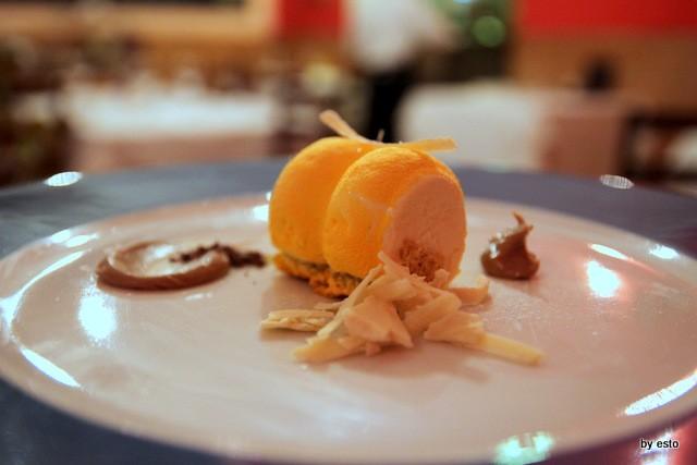 Taberna del Principe. Giovanni ArvonioSemifreddo al limone e rosmarino, salsa di cioccolato bianco e carrube