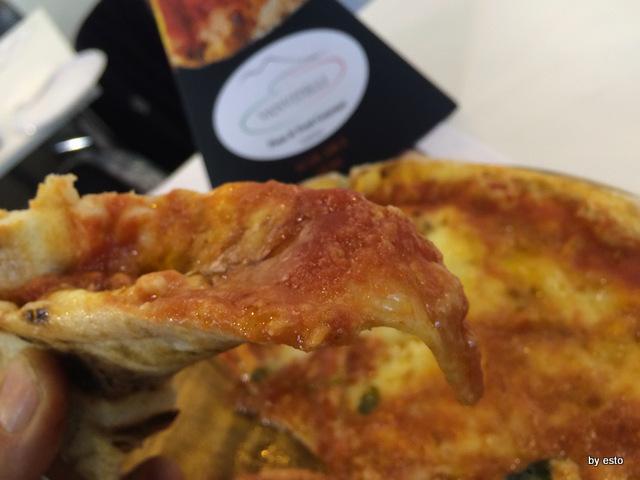 Vanvitelli Pizza & Food Gourmet.  Mauro Ramirez Pizza surgelata. La pizza pronta per essere  mangiata.  Struttura
