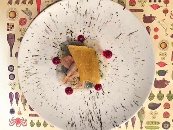 Al Pont de Ferr, anguilla affumicata artigianalmente su dischi di daycon, gocce di barbabietola e croccante di polenta piccante