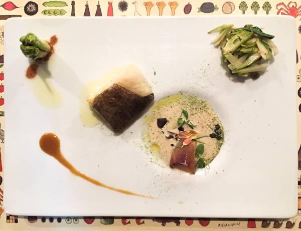 Al Pont de Ferr, filetto di baccalà cotto in oliocottura, insalata di puntarelle, crema di porri e muggine affumicata