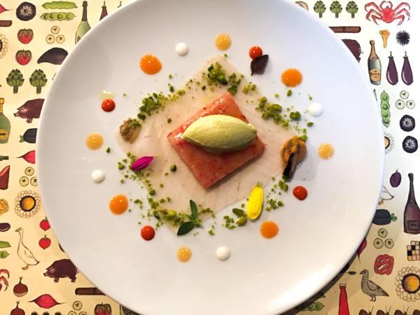 Al Pont de Ferr, foglio di storione con granella di piastacchi con battuta di gamberi viola, salsine di arance, zenzero, carota ed estratto di gamberi