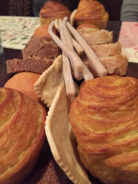 Al Pont de Ferr, muffin al carry-panino al latte e pepe nero-grissini con farina di carruba-pane  al monococco e pane di grano tenero