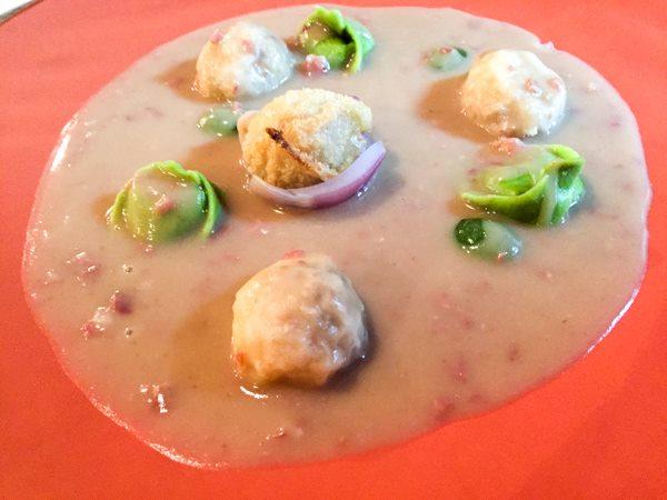 Al Pont de Ferr, ravioli e pallottine ripiene di fagioli con verdure e  salsa dei fagioli con pancetta saltata