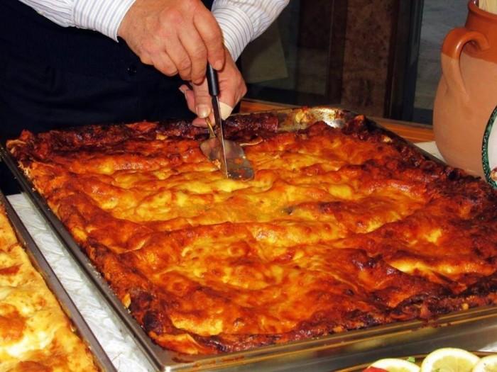 Alla tavola di Rugantino e Pulcinella, la lasagna