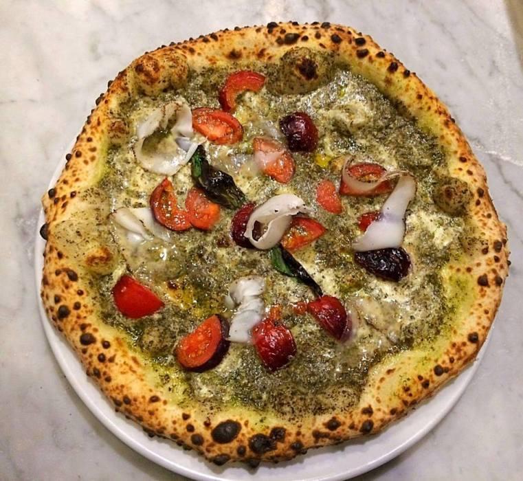 Ammaccàmm, pizza con crema di ortiche, pomodorino nero, lardo e provola