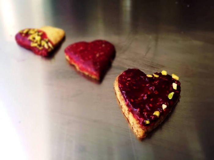 Biscotti vegani di pasta frolla e glassa ai frutti rossi
