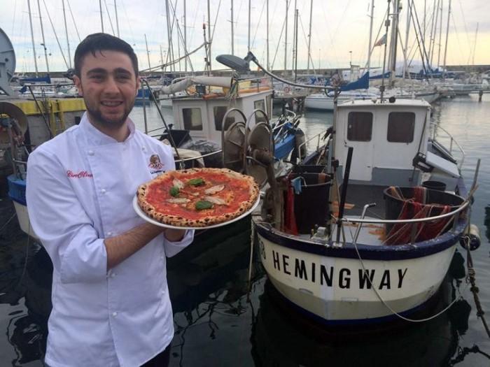 Ciro Oliva con la Pizza Hemingway