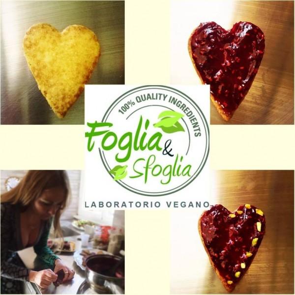 Claudia Deb decora i biscotti vegani del laboratorio Foglia & Sfoglia