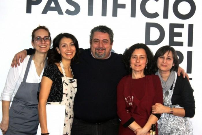 Giuseppe Di Martino con le partecipanti al Contest Pasta e Mozzarella veggie style