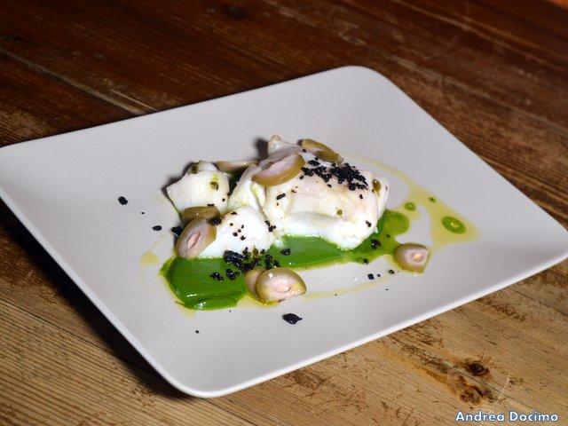 Historia Birreria, baccalà islandese su crema di spinaci con peschiole e granella di olive nere
