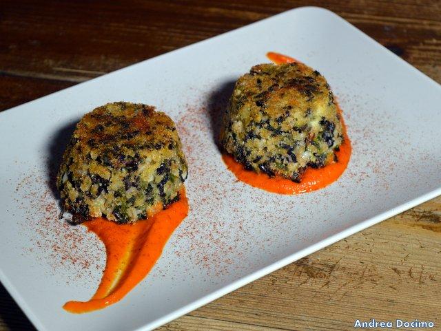 Historia Birreria, timballi di riso venere ed orzo con scarola, pomodoro secco e mandorle su salsa di peperoni grigliati
