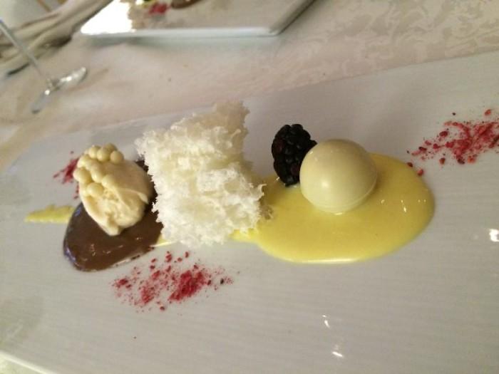 La Neviera, spugna allo yogurt acido con crema pasticciera Aurum, quenelle di cioccolato bianco e anice