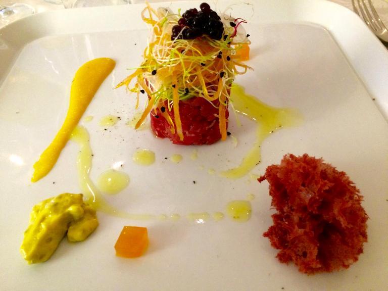 La Neviera, tartare di marchigiana allevata in Abruzzo, caviale di aceto balsamico e spugna di rabarbaro con maionese ai capperi