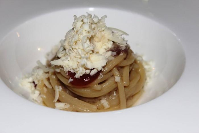 Le Giare, spaghettoni al burro d'acciuga, uva fragola e formaggio di fossa