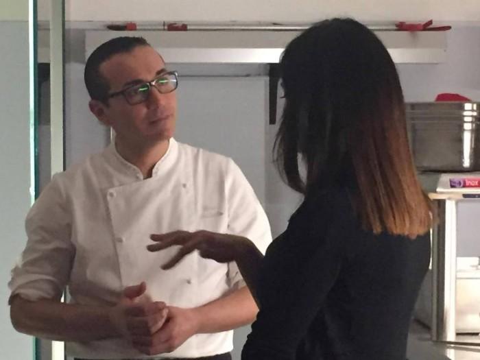Maria Grazia Cucinotta mentre parla con Gino Sorbillo