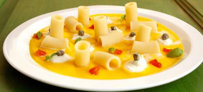 Mezzi Rigatoni su crema di zucca con nuvole di mozzarella di bufala campana e capperi essiccati