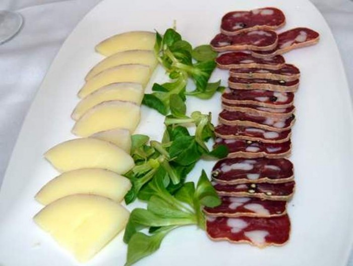 O' Ca Bistrò, formaggio affinato sotto le vinacce di Aglianico, soppressata a punta di coltello di maiali cilentani e valerianella