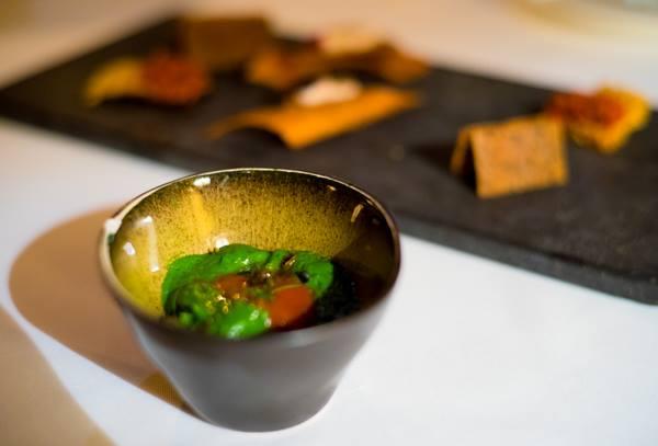 Osteria della Brughiera, crema di cime di rapa con pane croccante, pomodoro, capperi fritti