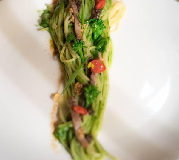 Osteria della Brughiera, spaghetto di Kamut con bollito misto, salsa verde, semi di senape, mostarda, polvere di acciughe, ragù di fegatino