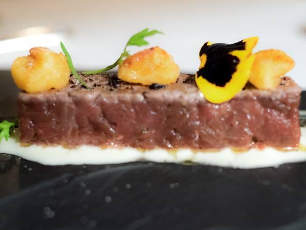 Osteria della Brughiera, tartaki, carne di capriolo giovane al pino mugo, su salsa di formaggio bergamasco con zucca in tempura e fieno bruciato