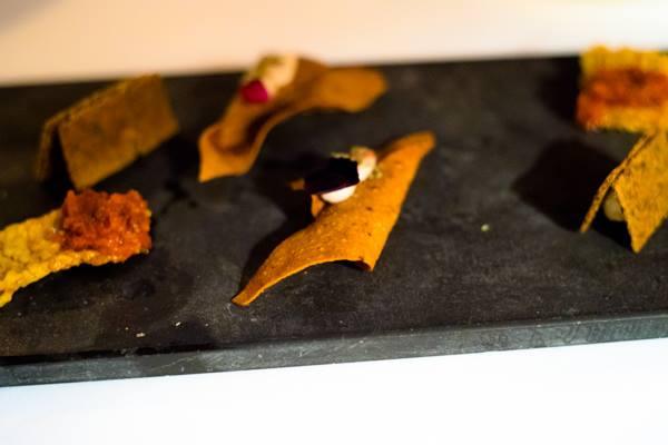 Osteria della brughiera, cereali tostati con pomodoro arrostitoc cialda di farina di castagna con ricotta e cioccolato e tegolina di olive