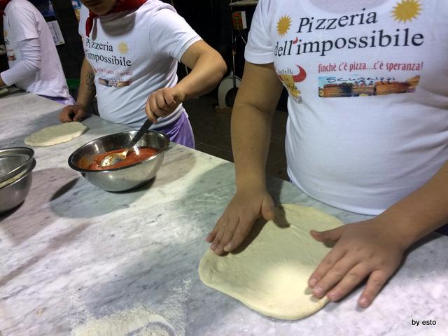 Pizzeria  dell'Impossibile. I ragazzi all'opera
