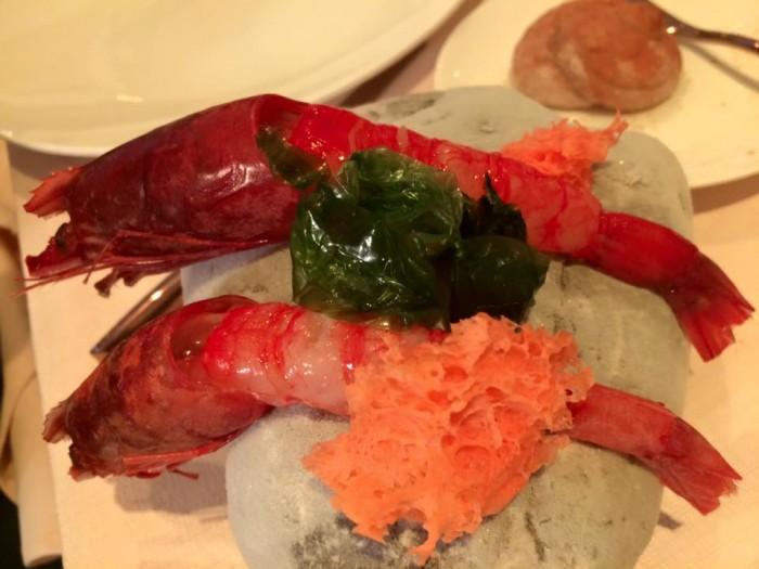 Re Maurì, gamberi rossi di Mazara del Vallo con spugna al corallo e salsa di teste di gamberi
