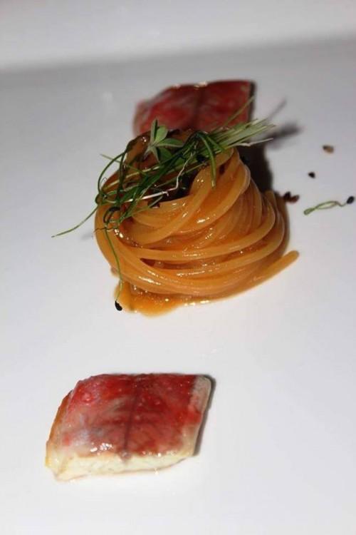 Taverna Estia, spaghettoni, acqua di pomodori, anguilla laccata e semi di lino