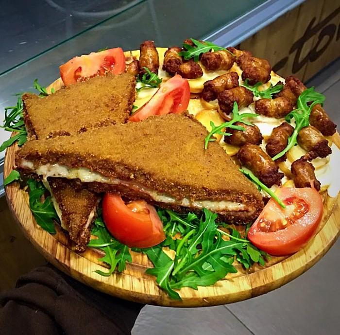 Tortora Panino-Macelleria, tramezzino di carne con bocconcini di salsiccia, pomodori, patate e rucola