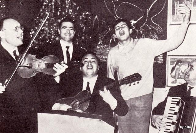 Un giovanissimo Gianni Morandi al Ristorante Umberto negli anni '60 con i due maestri Pino Pica (violino) e Tonino Restano (chitarra).
