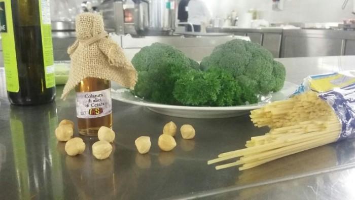 la colatura di alici di Cetara IASA e gli altri ingredienti per la realizzazione del piatto