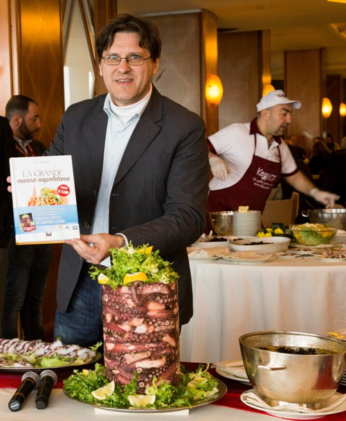 Ciro Salatiello col suo libro La Grande Cucina Napoletana