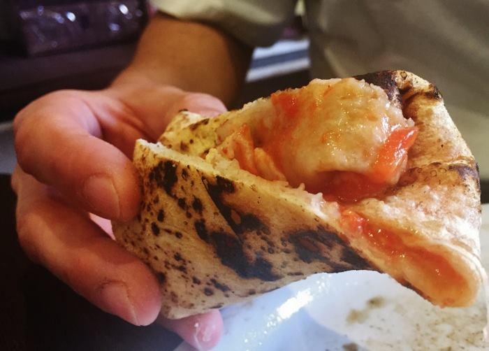 Come mangiare una pizza con le mani