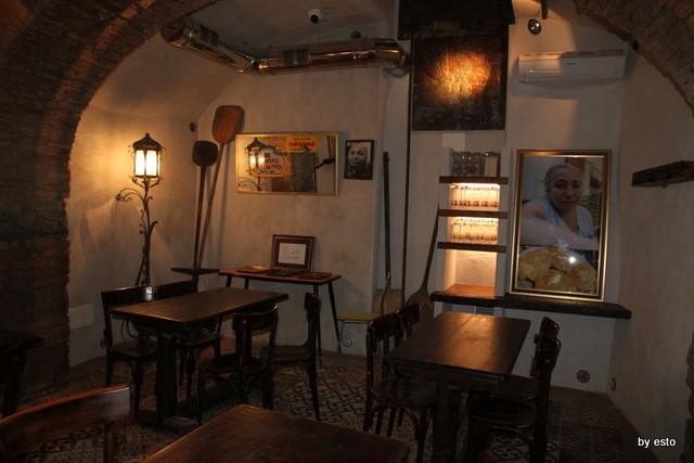 Da Gino Sorbillo la pizzeria a Via Tribunali i tre tavoli giù
