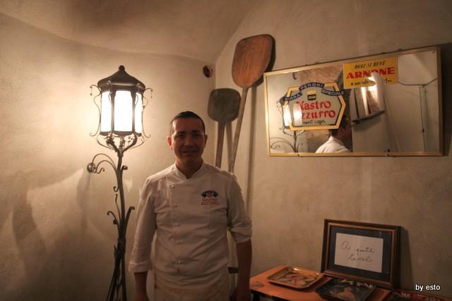 Da Gino Sorbillo la pizzeria a Via Tribunali i  tre tavoli