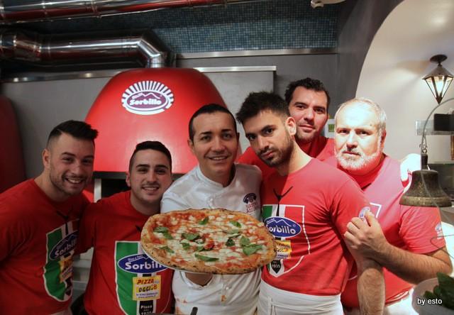 Da Gino Sorbillo la pizzeria a Via Tribunali la pizza