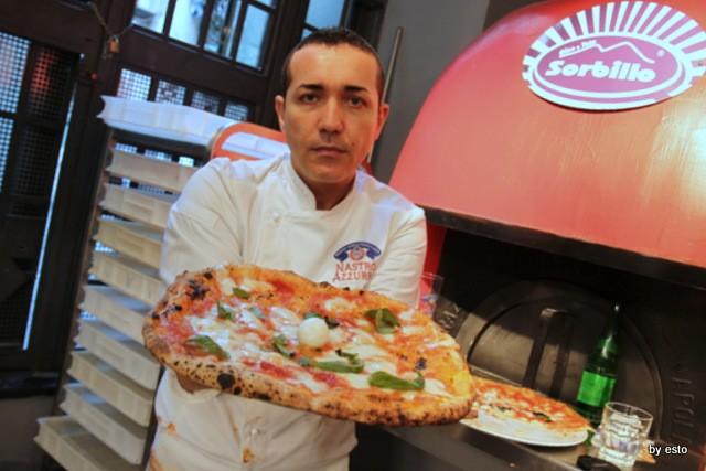 Da Gino Sorbillo la pizzeria a Via Tribunali la pizza a rota e carro