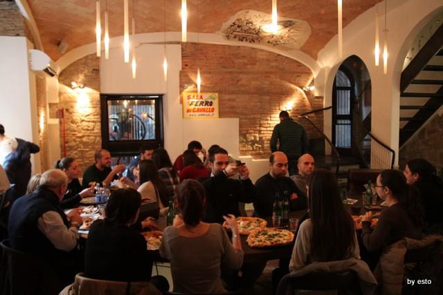 Da Gino  Sorbillo la pizzeria a  Via Tribunali tavolo a ferro di cavallo