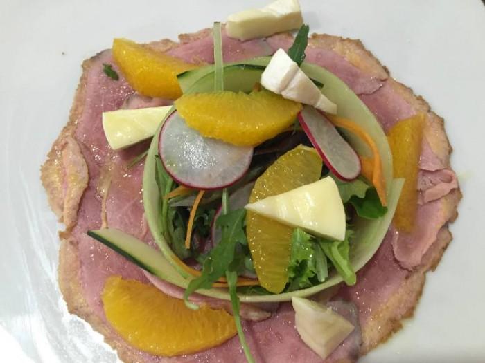 Gerani, Anatra all'arancia, Petto d'anatra arrosto con tomino grigliato, misticanza e salsa all'arancia