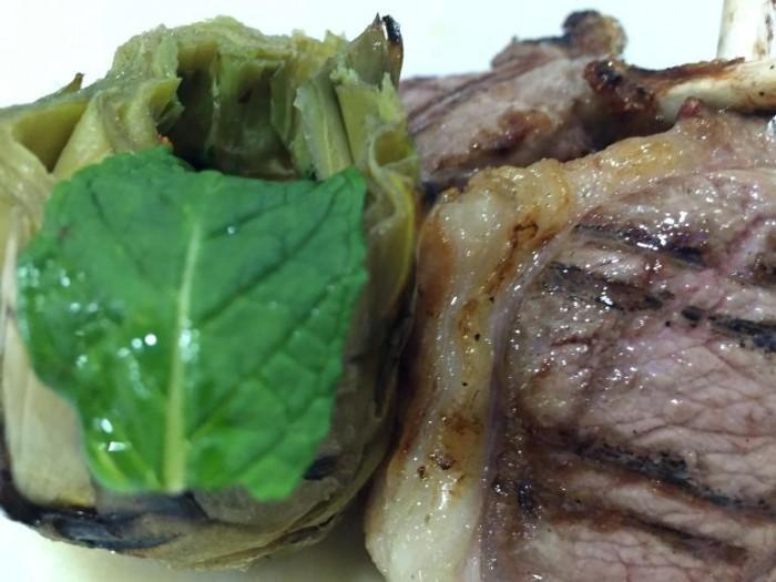 Gerani, Agnello, costine d'agnello alla brace con carciofo arrostito ripieno di guanciale e peperocino e crema di topinambur