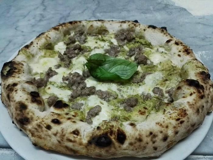 I Masanielli, pizza con vellutata di carciofo violetto di Castellammare e salsiccia di pelatello