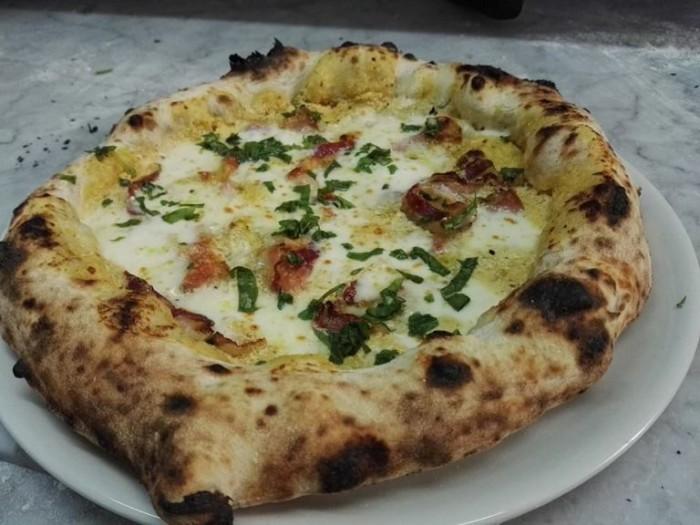 I Masanielli, pizza con vellutata di papaccella napoletana di Vincenzo Egizio e pancetta tesa di pelatello