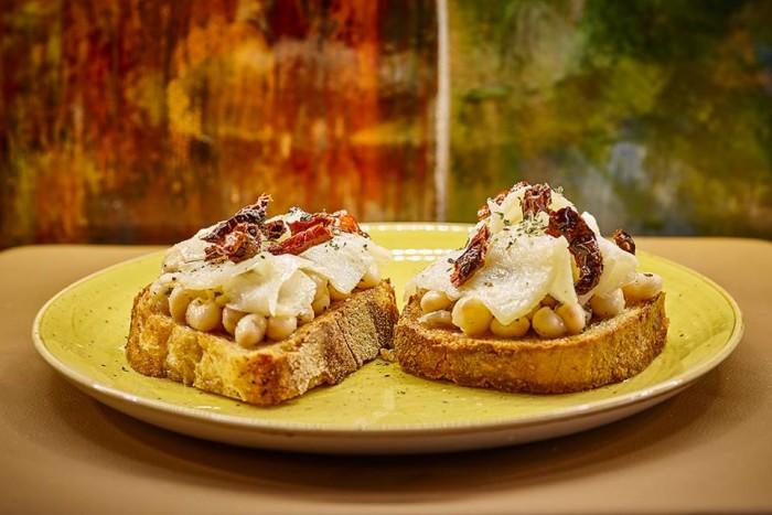 Il Protontino, i crostone di pane con legumi di Controne e pomodori essiccati