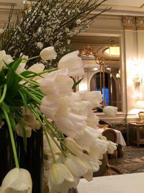 Le Cinq, i tulipani bianchi in sala (foto Pignataro)