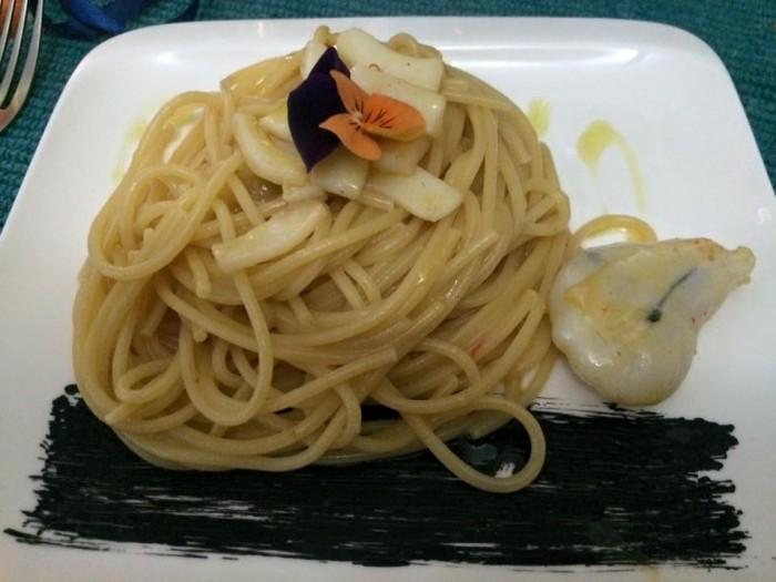Mariterraneo, spaghetti aglio e olio con seppia e il suo nero