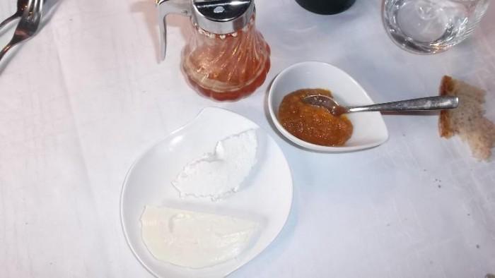 Osteria Tancredi, ricotta e caciocavallo freschi con miele e marmellata