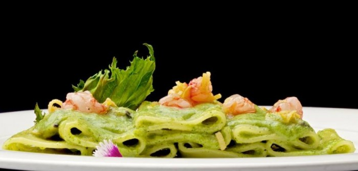 Paccheri in trafila di bronzo, serviti con vongole veraci, salsa di germogli di broccoli, gamberi crudi e limone - foto di Luciano Furia