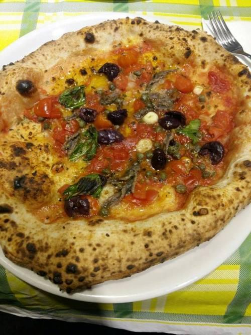 Pizzeria al 22, pizza siciliana in versione borbonica con le acciughe