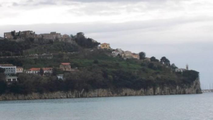 Profilo del promontorio di Agropoli dal Ristorante Pizzeria Gusto Over The Sea